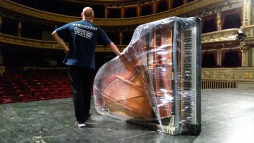 Stěhování klavíru z JAMU do Mahenova divadla.