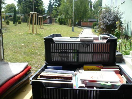 Přepravky s knihami.